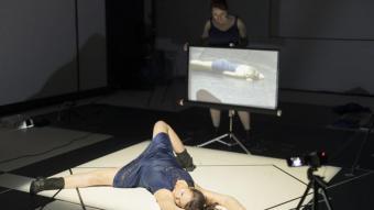Natacha Kuznetsova ballant 'estO NO Es Mi CuerpO', sota l'atenta mirada d'Olga Mesa