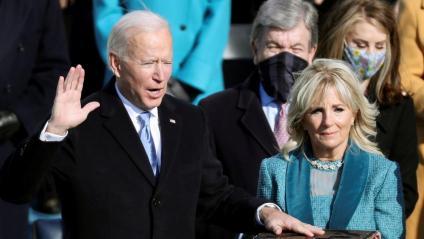 Joe Biden jura el càrrec de president dels EUA al costat de la seva dona