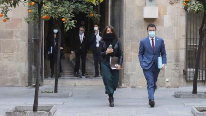 El vicepresident del Govern, Pere Aragonès, i la consellera de la Presidència, Meritxell Budó, dirigint-se a la reunió del consell executiu