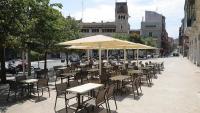 Una terrassa buida, a Figueres el mes de juliol.