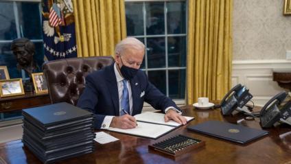 El president dels Estats Units, Joe Biden, firma diverses ordres executives al Despatx Oval de la Casa Blanca, a Washington