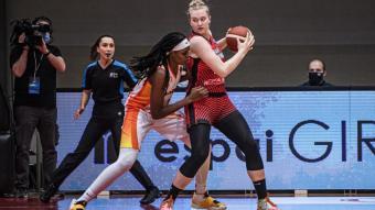 Julia Reisingerová en el joc d'esquena al cèrcol amb l'oposició de Jonquel Jones