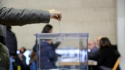 Un ciutadà dipositant el seu vot a l'urna el 21 de desembre del 2017