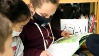 Una de les alumnes llegint un llibre a l'Escola Popular de Manresa