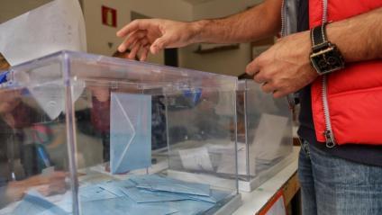 Una persona votant a Mataró l'any 2019
