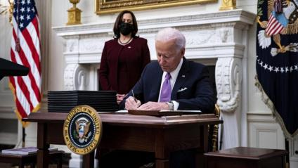 Joe Biden firmant ordres executives al costat de Kamala Harris, a la Casa Blanca