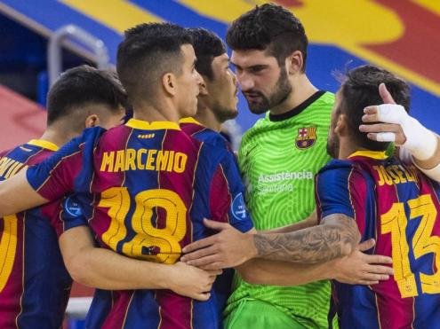 Els jugadors del Barça fan pinya després d'un dels gols aconseguits contra el Pristina (9-2) en l'eliminatòria anterior