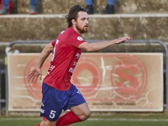 Lluís Aspar condueix la pilota en l'últim partit de l'Olot contra el Cornellà