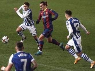 Griezmann envoltat de jugadors de la Real durant el partit de la supercopa que el Barça va jugar a Còrdova