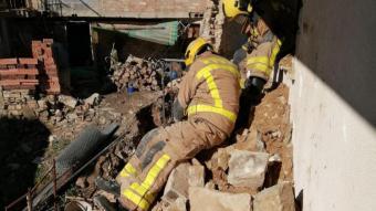 Els Bombers treballen en el desenrunament de part del mur de pedra antic que ha caigut al nucli de Talladell, a Tàrrega