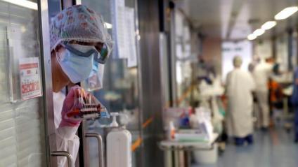 Una professional sanitària en una UCI de l'Hospital de Bellvitge