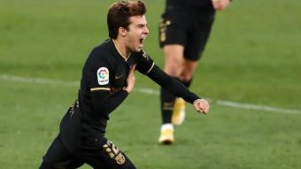 Riqui Puig, celebrant el seu gol de cap contra l'Elx, que va servir per donar tranquil·litat