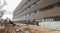 L'edifici satèl·lit de l'hospital de Bellvitge va entrar ahir en funcionament mentre encara s'hi estaven enllestint els darrers detalls