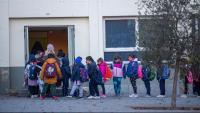 Infants fan cua per entrar a l'escola a Girona
