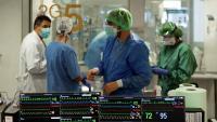 Professionals sanitaris a una UCI de l'Hospital de Bellvitge
