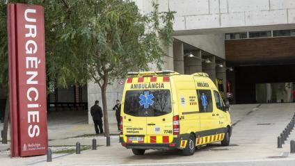 Una ambulància a l'exterior de l'hospital de Bellvitge