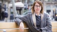 Assumpció Laïlla, número 16 de la llista de Junts, asseguda en un banc proper a la seu de Demòcrates a Barcelona