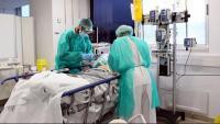 Personal sanitari atenent un malalt de Covid-19 a l'uci