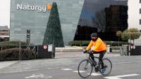 Un ciclista passa per davant de la seu de la companyia energètica Naturgy, ahir, a Madrid