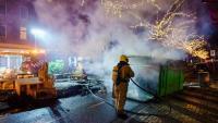 Apaguen un foc després del xoc entre policies i manifestants, a Rotterdam, dilluns