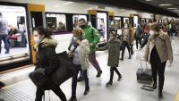 Usuaris de Rodalies, ahir al matí, a l'estació de tren de La Sagrera