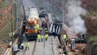 Els operaris, a punt per desballestar el vagó del tren que va descarrilar a Vacarisses el 2018