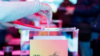 Un soci del Barça votant en les passades eleccions