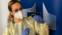 Una infermera omple una xeringa amb el vaccí de Pfizer