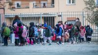 Un grup d'alumnes a l'entrada de l'escola