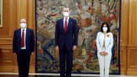 El ministre de Política Territorial, Miquel Iceta; Felip VI i la ministra de Sanitat, Carolina Darias, a l'acte de presa de possessió al Palau de la Zarzuela