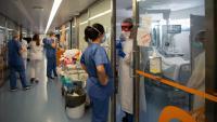 Professionals sanitaris, en l'UCI de l'Hospital Clínic