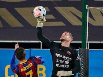 Pol Ballesté rebutja amb els punys una pilota aèria en una acció del partit al Johan Cruyff