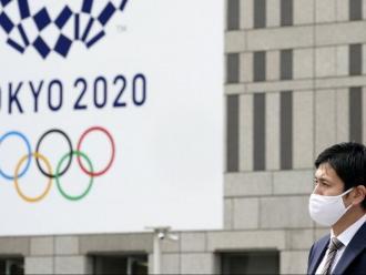 Un cartell dels Jocs davant l'oficina de govern municipal de Tòquio