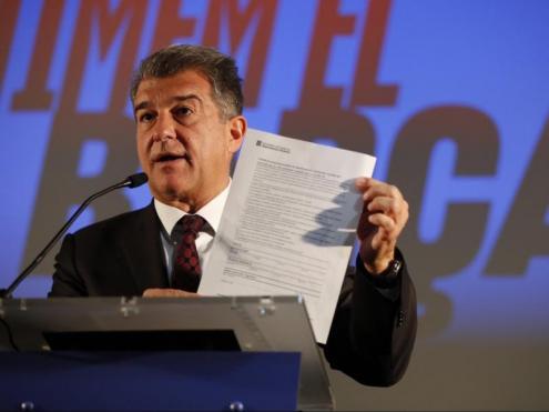Joan Laporta mostra el certificat d'autoresponsabilitat