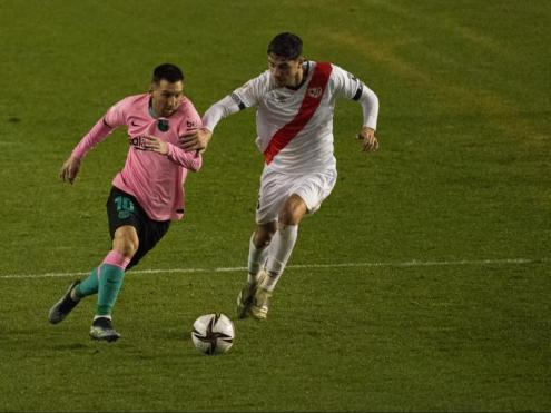 Messi s'escapa d'un defensa del Rayo Vallecano