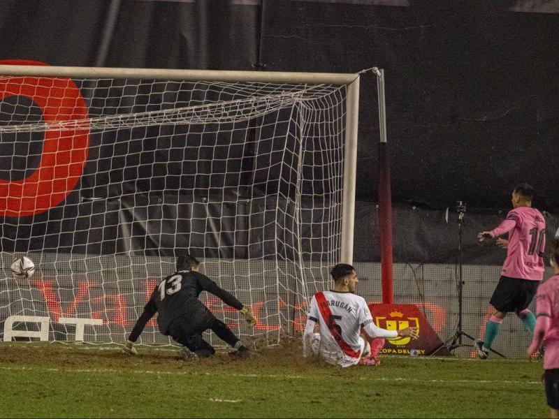 Leo Messi marca el gol de l'empat del Barça després de rebre una bona passada de Griezmann