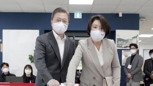 <b>Corea del Sud </b>va registrar una alta participació en les darreres eleccions, marcades per la covid-19. A la imatge, el president, Moon Jae-In