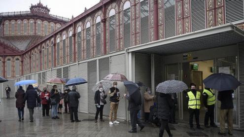 Cues per votar al mercat de Sant Antoni de Barcelona.