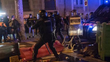 Un escopeter durant el primer dia de les protestes per l'alliberament de Hasél a Barcelona, el 16 de febrer, quan una noia va quedar ferida en un ull