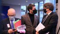 Els eurodiputats Carles Puigdemont i Toni Comín, juntament amb el seu advocat Gonzalo Boye