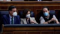 Sánchez, Calvo i Iglesias conversen distesament als seus escons blaus del govern en un moment del ple d'ahir al Congrés