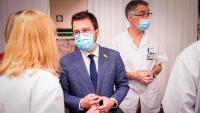 El vicepresident Aragonès, acompanyat pel director mèdic del Clínic, Toni Castells, durant la visita d'ahir