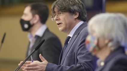 Carles Puigdemont, ahir a la roda de premsa a l'eurocambra a Brussel·les, amb Toni Comín i Clara Ponsatí