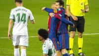 Messi s'abraça amb Braithwaite després de marcar el primer gol del partit