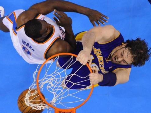 Esmaixada de Gasol amb els Lakers davant d'Ibaka (Oklahoma City Thunder)