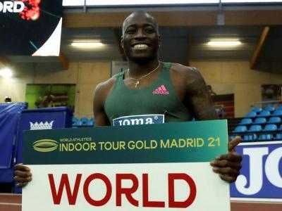 Grant Holloway , somrient lluint el rècord com a nou plusmarquista mundial