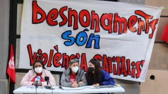 D'esquerra a dreta, Yanilady i Clàudia, abans de demanar solucions als imminents casos de desnonament, al costat de Berta del Sindicat de Barri del Poble Sec