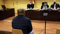 D'esquenes, l'acusat d'abusar sexualment de la fillastra a Girona