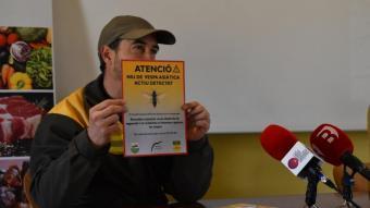 Marc Fàbrega, amb un cartell dels que es posaran per avisar de la presència d'un niu
