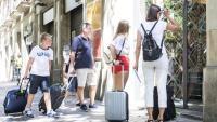 Una família de turistes a punt d'entrar en un pis turístic de Barcelona